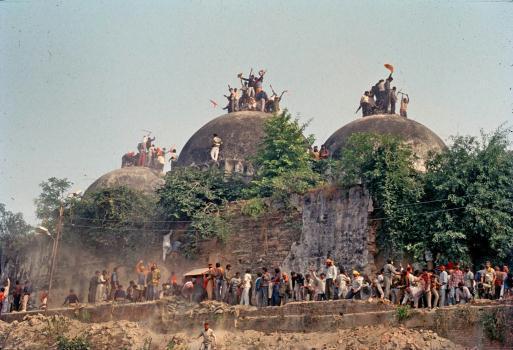 இந்து மதவெறி பாஸிஸ்டுகளால் இடிக்கப்படும் பாபர் மசூதி