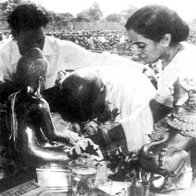 1956, அக்.14 அன்று மகாராஷ்டிராவிலுள்ள நாகபுரியில் பல்லாயிரக்கணக்கான மகர் சாதியினரோடு புத்த மதத்தைத் தழுவும் அம்பேத்கர்