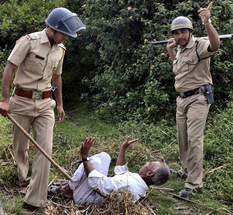 மகாராஷ்டிரா கரும்பு விவசாயிகள் மீது போலீசு தாக்குதல்!