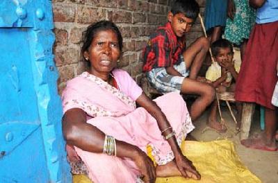 நம்பிக்கையிழந்த தாழ்த்தப்பட்ட மூதாட்டி