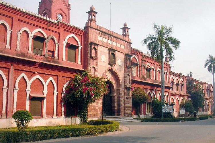 அலிகார் முசுலீம் பல்கலைக் கழகம்.