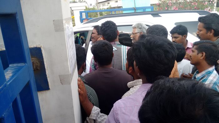 admk-chairman-surrounded-by-employees-3
