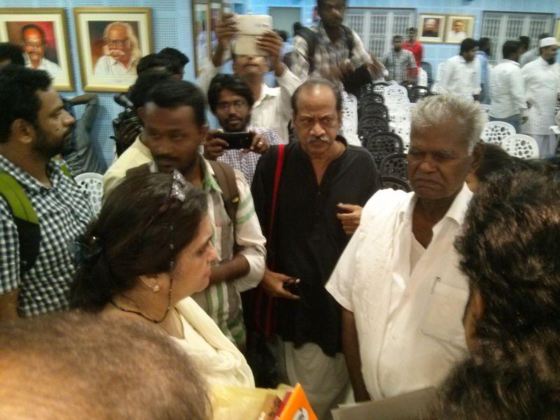 கூட்டத்தினர் மத்தியில் தீஸ்தா