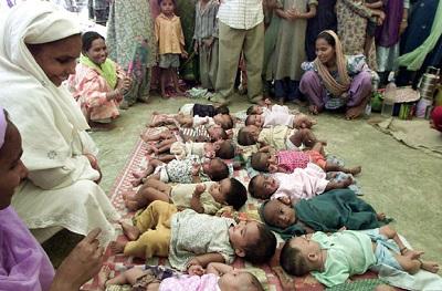 2002 கலவரத்திற்கு பிறகு அகதி முகாமில் இருக்கும் முசுலீம் மக்களின் குழந்தைகள்!