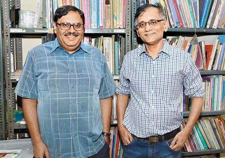 மருத்துவர்கள் அபய் சுக்லா மற்றும் அருண் கேத்ரே