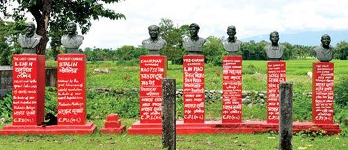 நக்சல்பரி கிராமத்தில் அமைந்துள்ள தோழர்களின் சிலைகள்