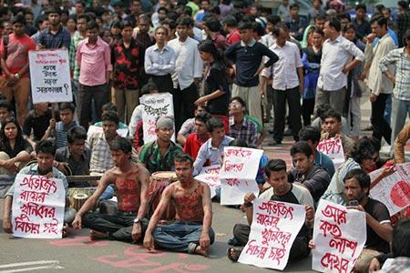 டாகா பல்கலைகழக வளாகத்தில் அவிஜித் ராய் கொல்லப்பட்டதற்காக மாணவர்கள் மற்றும் முற்போக்காளர்கள் நடத்திய போராட்டம்