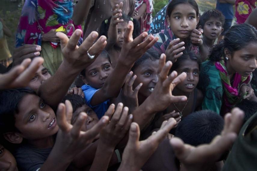 அஸ்ஸாம் மோரிகோன் மாவட்டத்தில் வெள்ளத்தால் பாதிக்கப்பட்டவர்களுக்கு பிஸ்கெட் வழங்கும் போது அதைப் பெற முயற்சிக்கும் குழந்தைகள். ஒரு வாரம் பெய்த கன மழையினால் 12-க்கும் மேற்பட்டோர் கொல்லப்பட்டு மேலும் பல்லாயிரக்கணக்கான மக்கள் தங்கள் வீடுகளை விட்டு வெளியேற்றப்பட்டுள்ளனர்.