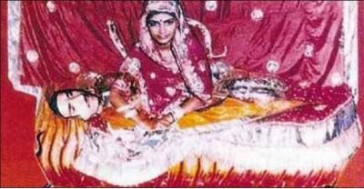 1980-களின் இறுதியில் இந்து மதவெறி அமைப்புகளின் ஒத்துழைப்போடு உடன்கட்டை ஏற்றிக் கொல்லப்பட்ட ரூப் கன்வரை தெய்வமாக்கும் சித்திரம்