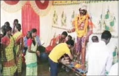 மேற்கு வங்க மாநிலம் புருலியா பகுதியில் மகிஷாசுரனை வணங்கும் பழங்குடியினர்.