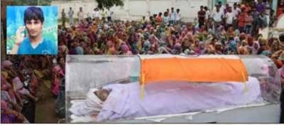 தேசியக் கொடி போர்த்தப்பட்எட நிலையில் ரவி சிசோடியாவின் சடலம். (உள்படம்) ரவி சிசோடியா.
