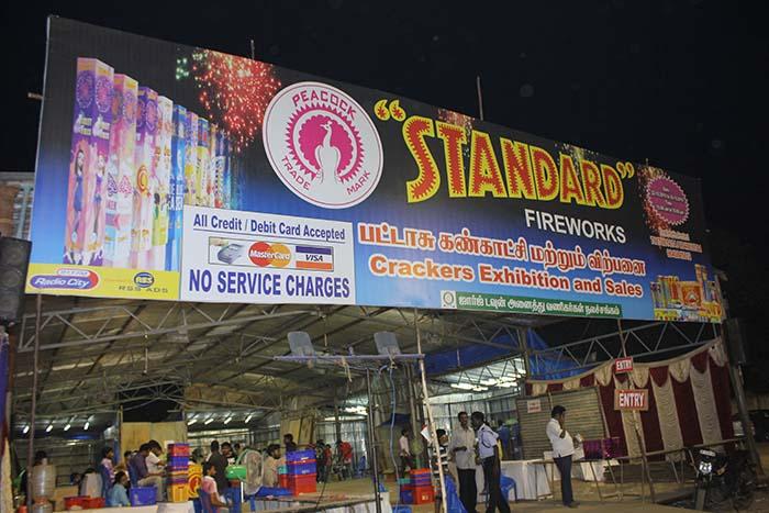 தீபவளியை முன்னிட்டு சென்னை நந்தம்பாக்கத்தில் சிவகாசி பட்டாசு நிறுவனம் ஒன்று அமைத்திருந்த கடையின் முகப்பு