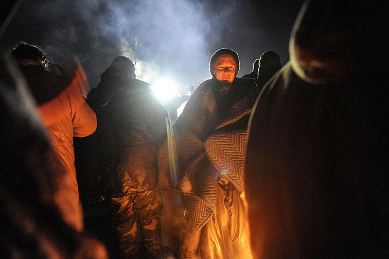 கடுங்குளிரிலும் போராட்டக்காரர்கள் மீது தண்ணீரைப் பாய்ச்சியடிக்கத் தயாராக உள்ள போலீசு அதிகாரிகள்