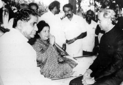 1993−இல் காவிரி நதி நீர்ப் பிரச்சினையையொட்டி ஜெயா நடத்திய உண்ணாவிரத அரசியல். (கோப்புப் படம்)