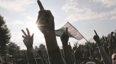 புர்ஹான் வானி கொலையை எதிர்த்து காஷ்மீர் மக்கள் போராட்டம்!