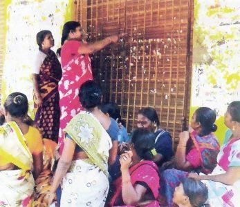 வேலூர் மாவட்டம்-அணைக்கட்டுக்கு அருகேயுள்ள அமைந்துள்ள டாஸ்மாக் கடையைப் பூட்டுப் போட்டு மூடும் பெண்கள்.