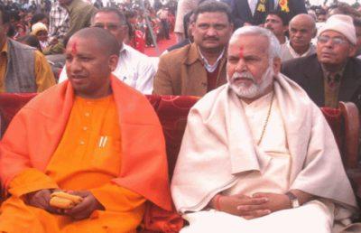 Swami-Chinmayanand-with-Yogi-Aditynath